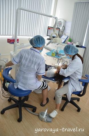 Лина делает осмотр зубов дочери.
