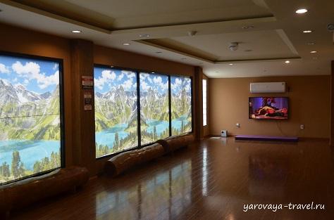 В зале для йоге постоянно идут занятия на экране. Есть коврики.