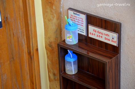 Баночки с напитками ждут своих владельцев.