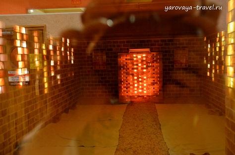 Внутри по центру находится печь. Чем ближе к ней, тем горячее.