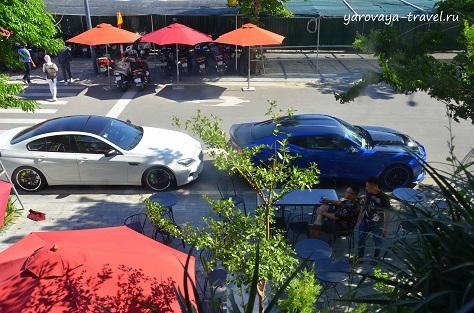 Есть столики на улице, но днем очень жарко.