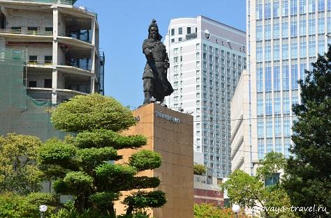 Памятник Чан Хынг Дао через дорогу от офиса вотербас.
