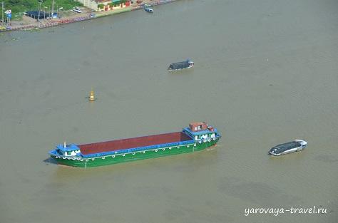 По реке ежедневно перевозят много грузов.