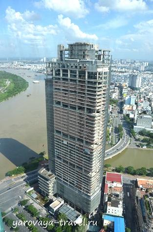 Но есть и заброшенные небоскребы. Например, это здание стоит совсем рядом с финансовой башней. В бинокль можно хорошо рассмотреть, что строительство прекращено, и здание разрушается.