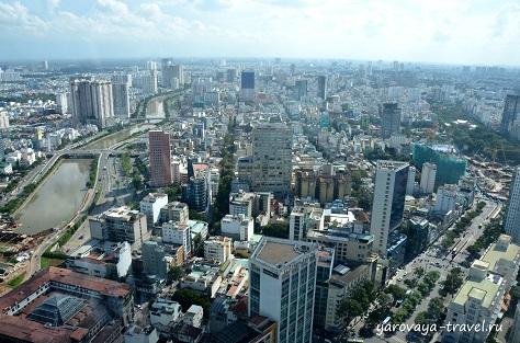 В какую сторону ни посмотришь - везде здания, дороги и небольшие зеленые оазисы.