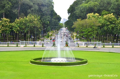 Вид из Дворца на Главные ворота и фонтан.
