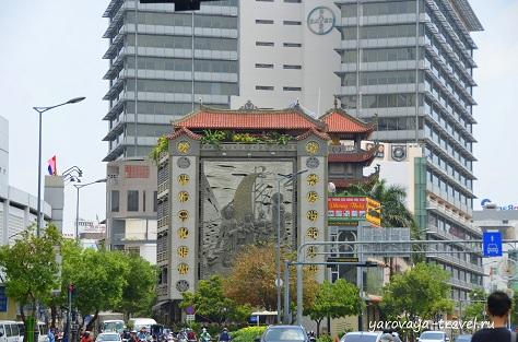 Вид на фасад храма с проезжей части.