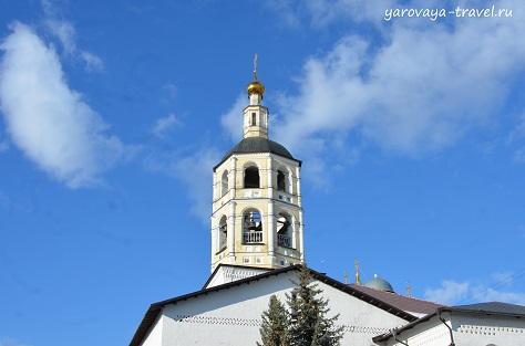Верхушка колокольни. Вид с монастырского дворика.