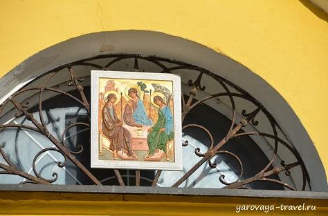 Троица над входом в Собор.