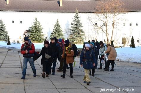 Школьники на экскурсии в монастыре.