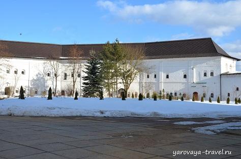 Монастырские стены. Внутренний дворик.