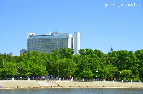 Вид на отель с речного трамвайчика.