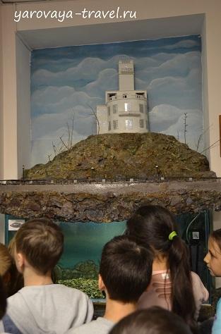 Макет Утеса, а под ним аквариум с рыбами.