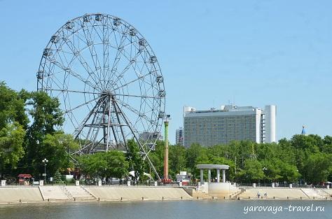 Отель Интурист и колесо обозрения в городском парке.