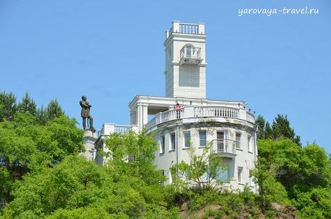 Памятник Муравьёву-Амурскому на Утесе.
