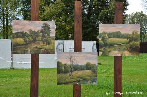 Художники очень любят это место на Истре. Выставки своих работ проводят прямо у реки. А рядом небольшой фуршет.
