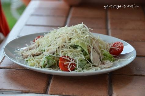 На обед/ужин в меню есть: салат, пельмени в горшочке, мясо в беконе, запеченные овощи с курицей, греночки, бефстроганов с пюре и многое другое.